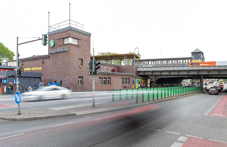 Außenaufnahme des Bahnhofs Neukölln Berlin