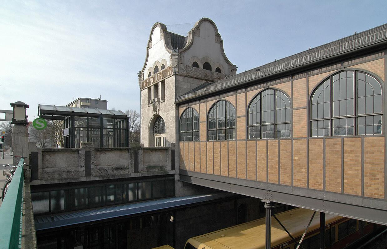 Außenaufnahme des S-Bahnhofs Hohenzollerndamm Berlin