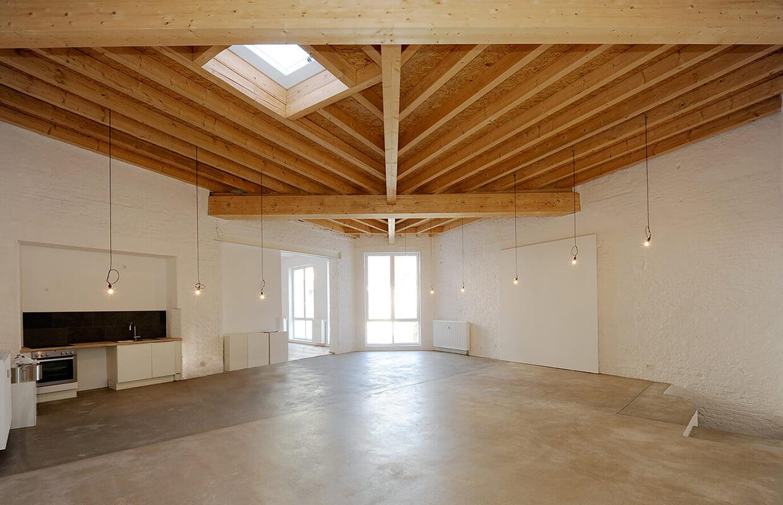 Ausgebautes Künstler-Loft mit Holzbalkendecke