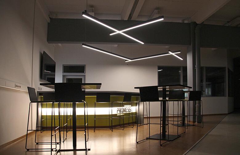Aufenthaltsbereich und Bar für Kunden und Mitarbeiter