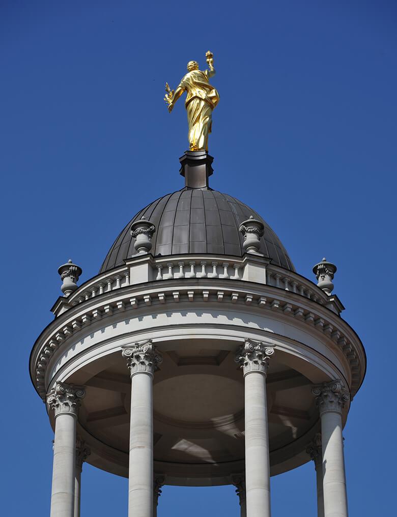 Tempelturm (Monopteros) und Caritas-Figur in Potsdam
