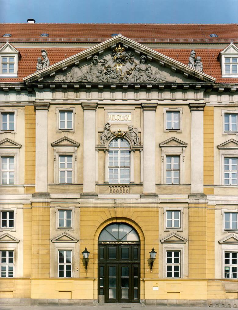 """Eingang des ehemaligen """"Großen Militärwaisenhauses zu Potsdam"""""""