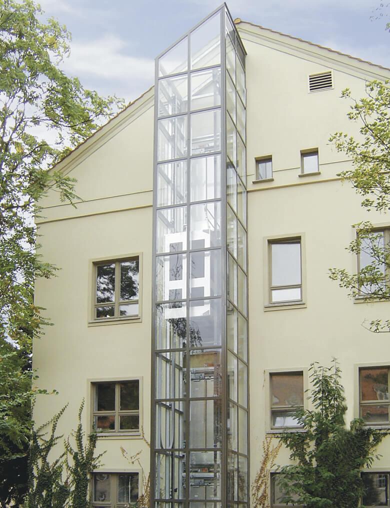 """Außenliegender Aufzug am """"ehemaligen Waschhaus"""" der Stiftung """"Großes Waisenhaus zu Potsdam"""""""